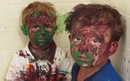 两个熊孩子趁老爸不在家,弄得到处都是油漆!