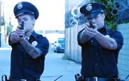街头恶作剧:警察追捕毒贩,路人的反应!
