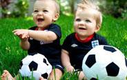 孩子你是踢足球还是踢人?